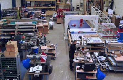 Le roboticien Opteamum monte dans le convoyeur de l'industrie du futur