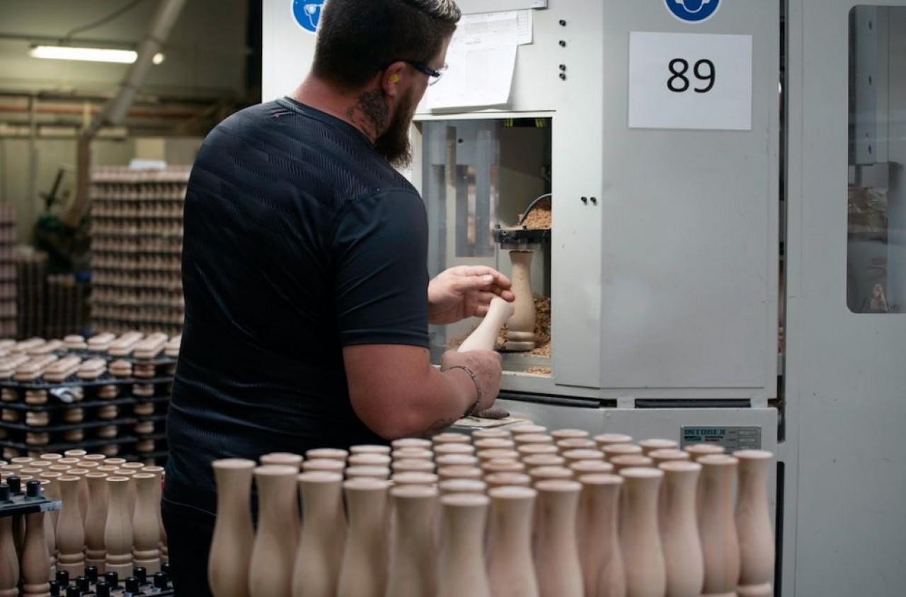 L'atelier bois de Peugeot Saveurs où sont tournés les moulins à poivre, sel, épices etc. © Laurent Cheviet.