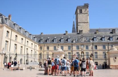 Quand, du haut de la Tour Philippe Le Bon, Dijon embrasse un panorama jusqu'au Jura