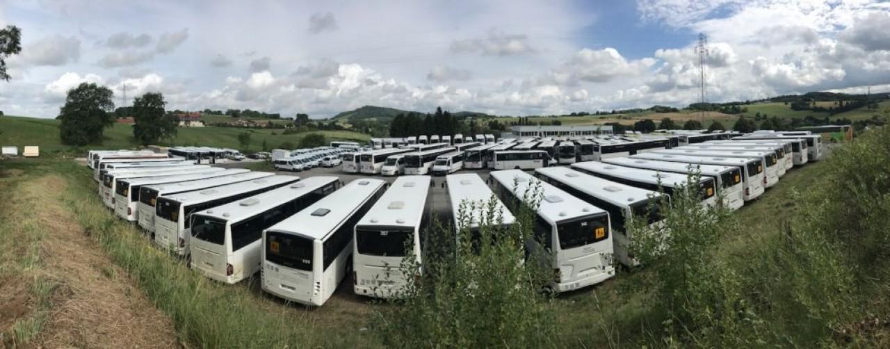 Une partie du parc de véhicules du transporteur de voyageurs sur le site industriel de Lons-le-Saunier (Jura). © Transarc.