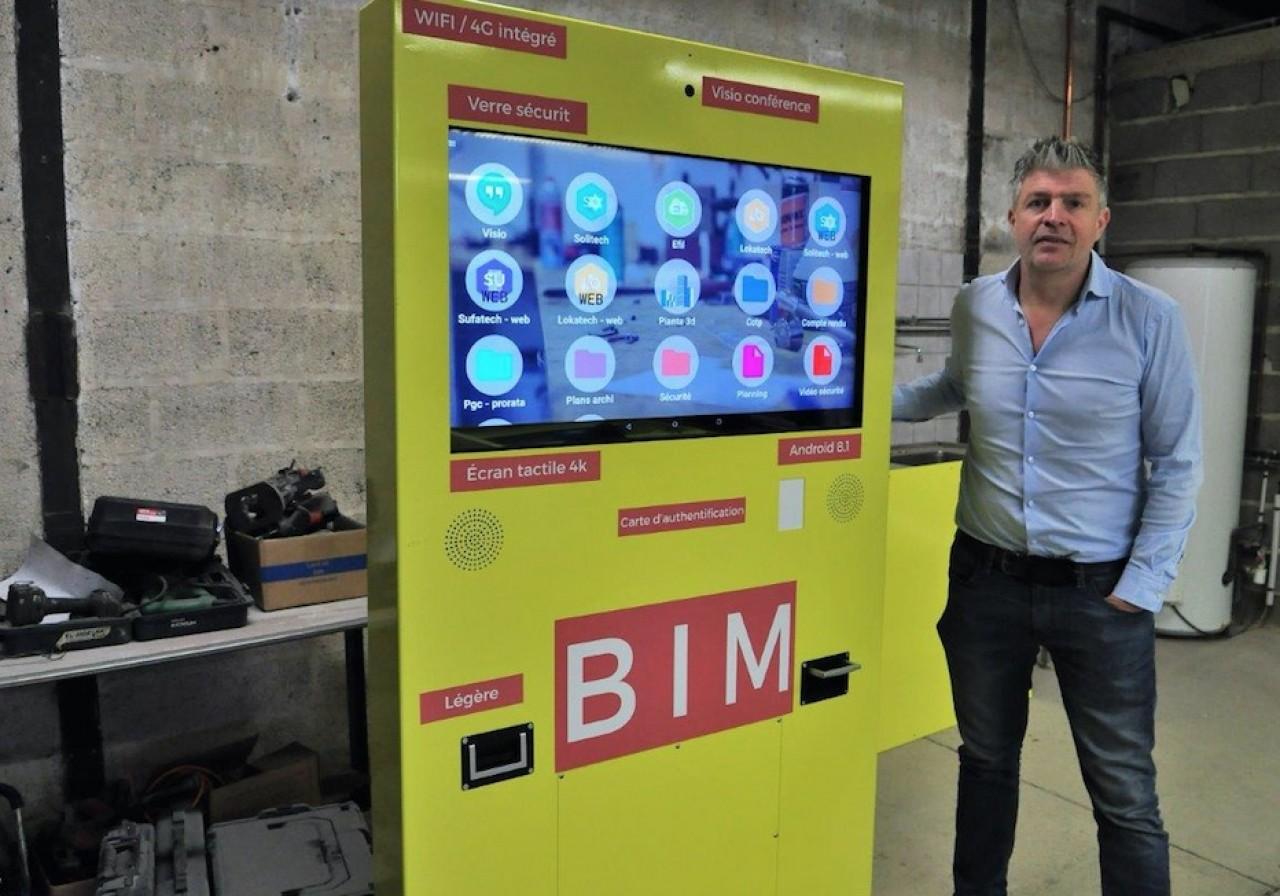 Lionel Gocel, dirigeant de l'entreprise de plomberie-chauffage qui porte son nom présente l'armoire numérique de chantier Arpete fabriquée par BatinovTech, l'une des 3 start-up qu'il soutient. © Philippe Bohlinger