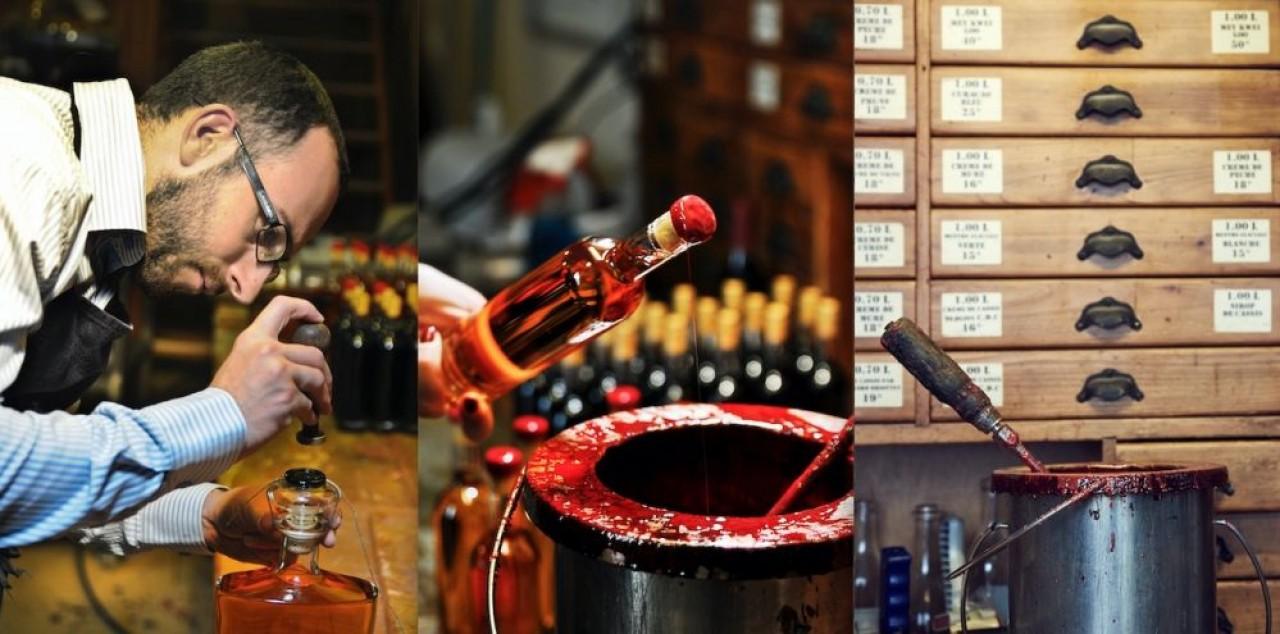 Cirage des bouteilles par Vincent Briottet, le créateur des liqueurs maison. © Briottet.
