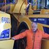Francis Pennequin devant deux de ses camions, des dumpers, toujours propres, voire rutilants. © Traces Ecrites.