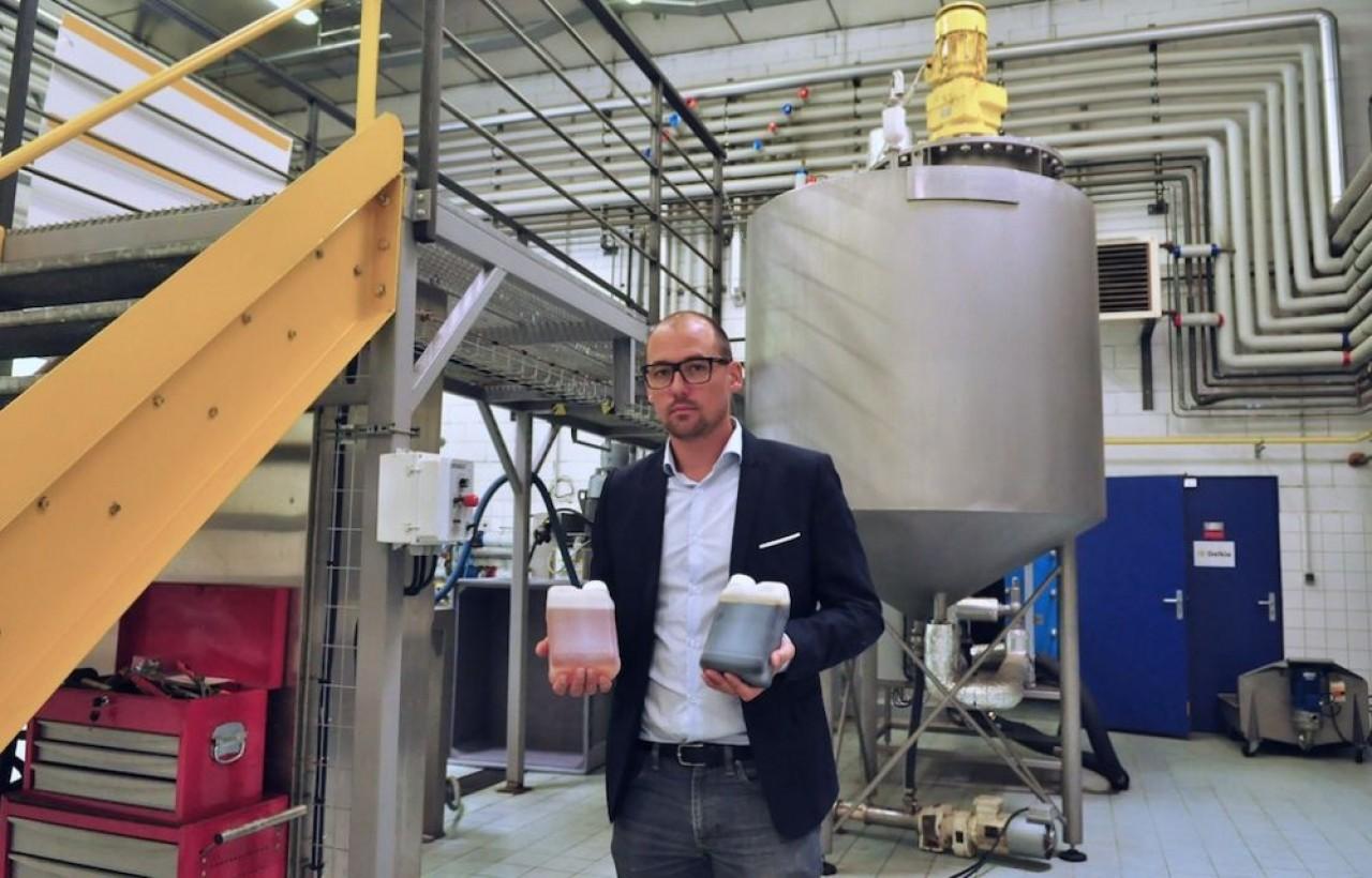 Nicolas Attenot, le gérant de Biolie, capte les principes actifs des aiguilles des sapins par un procédé d'extraction enzymatique.© Philippe Bohlinger