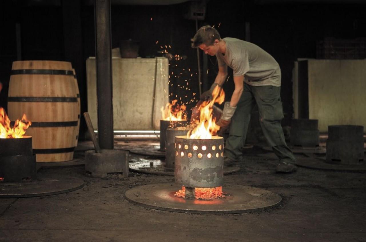 Les tonneliers pratiquent une première et une seconde chauffe, forte, moyenne ou douce pour cintrer le tonneau. Il s'agit d'une étape délicate, offrant au bois un goût toasté plus ou moins marqué qui a une incidence sur l'élevage du vin. © Julie Rey.