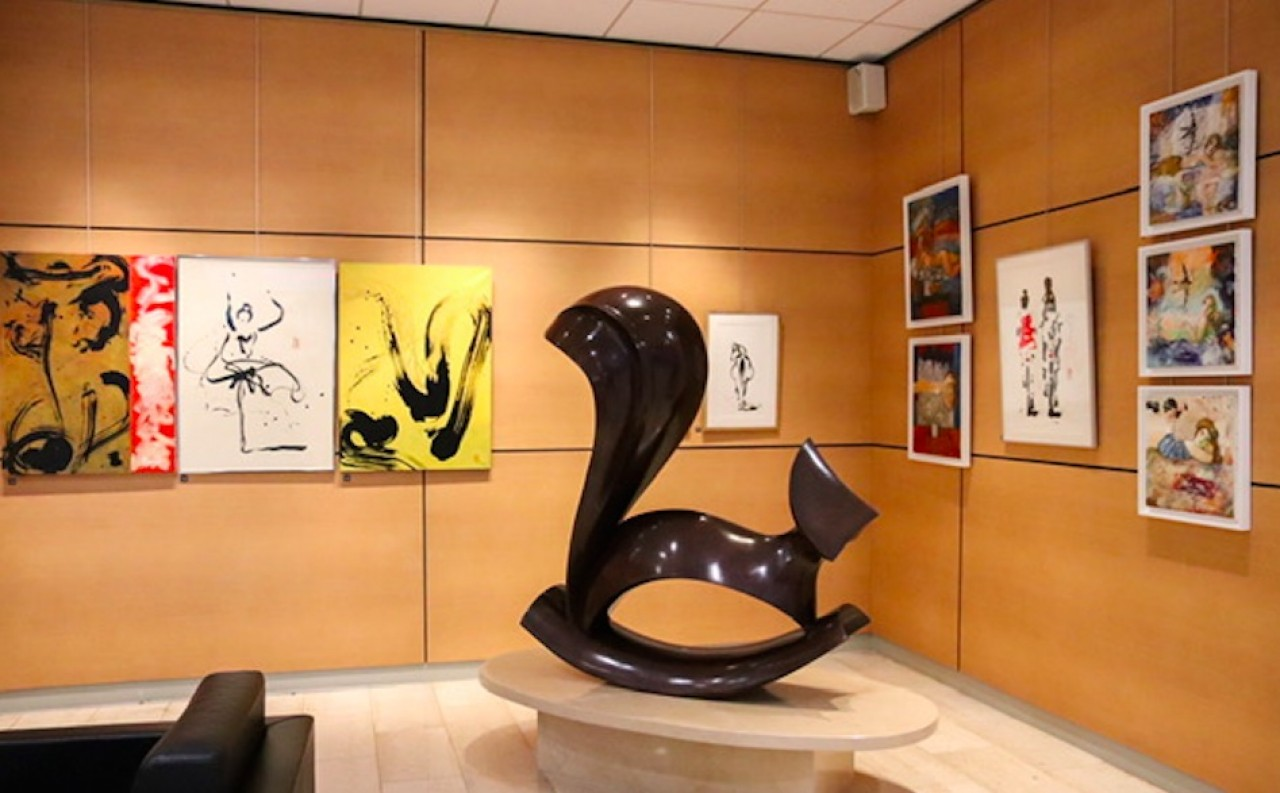 La Caisse d'Epargne de Bourgogne-Franche-Comté met à disposition d'artistes le hall de son siège social – la galerie Entrée Libre –. Ici, l'exposition qui se déroule actuellement du peintre Marc Hanniet.