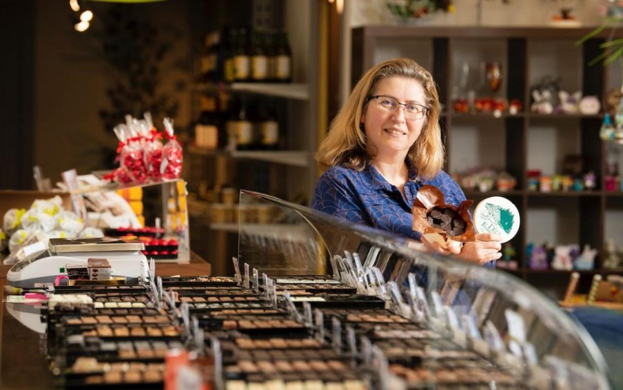 Isabelle Blateyron a repris la chocolaterie. Ici, dans la boutique sur le site du laboratoire de fabrication à Thise, près de Beançon. ©Laurent Cheviet.