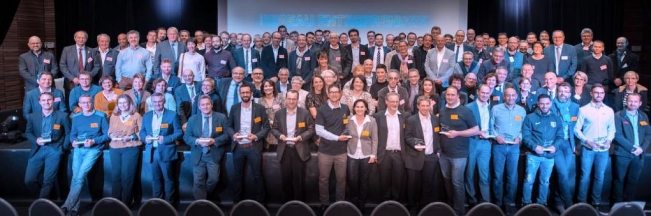 Photo de famille des lauréats, leurs accompagnants et les sponsors du Réseau Entreprendre Franche-Comté. © Matis Viot - Varkala Media