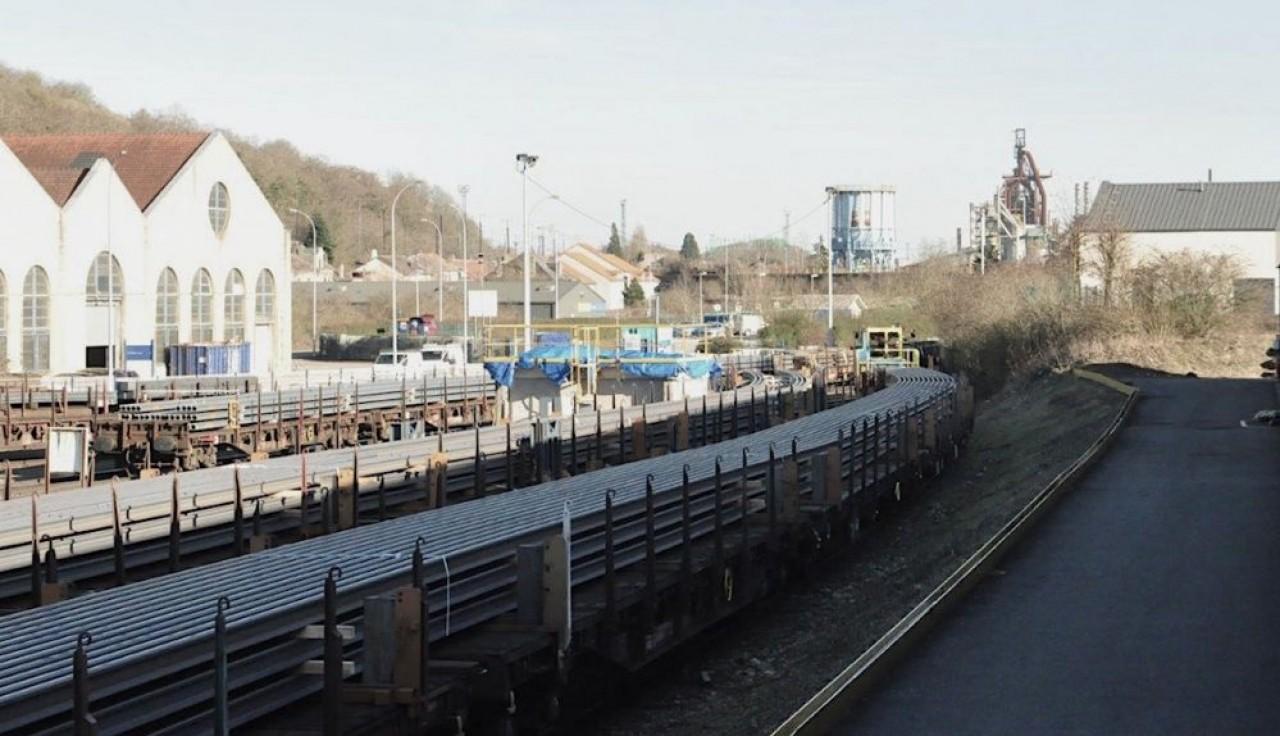 Les rails de 108 mètres de long se déforment de manière spectaculaire au gré de la courbe qui marque la voie ferrée à la sortie des ateliers de British Steel à Hayange. ©Philippe Bohlinger.