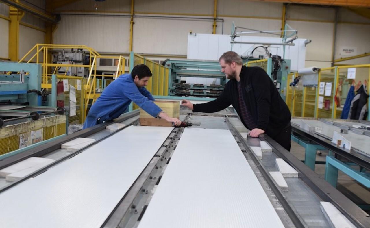 Javey, fabricant de portes sectionnnelles s'est affranchi du standard, très concurrentiel,  pour faire du sur-mesure. © Traces Écrites.