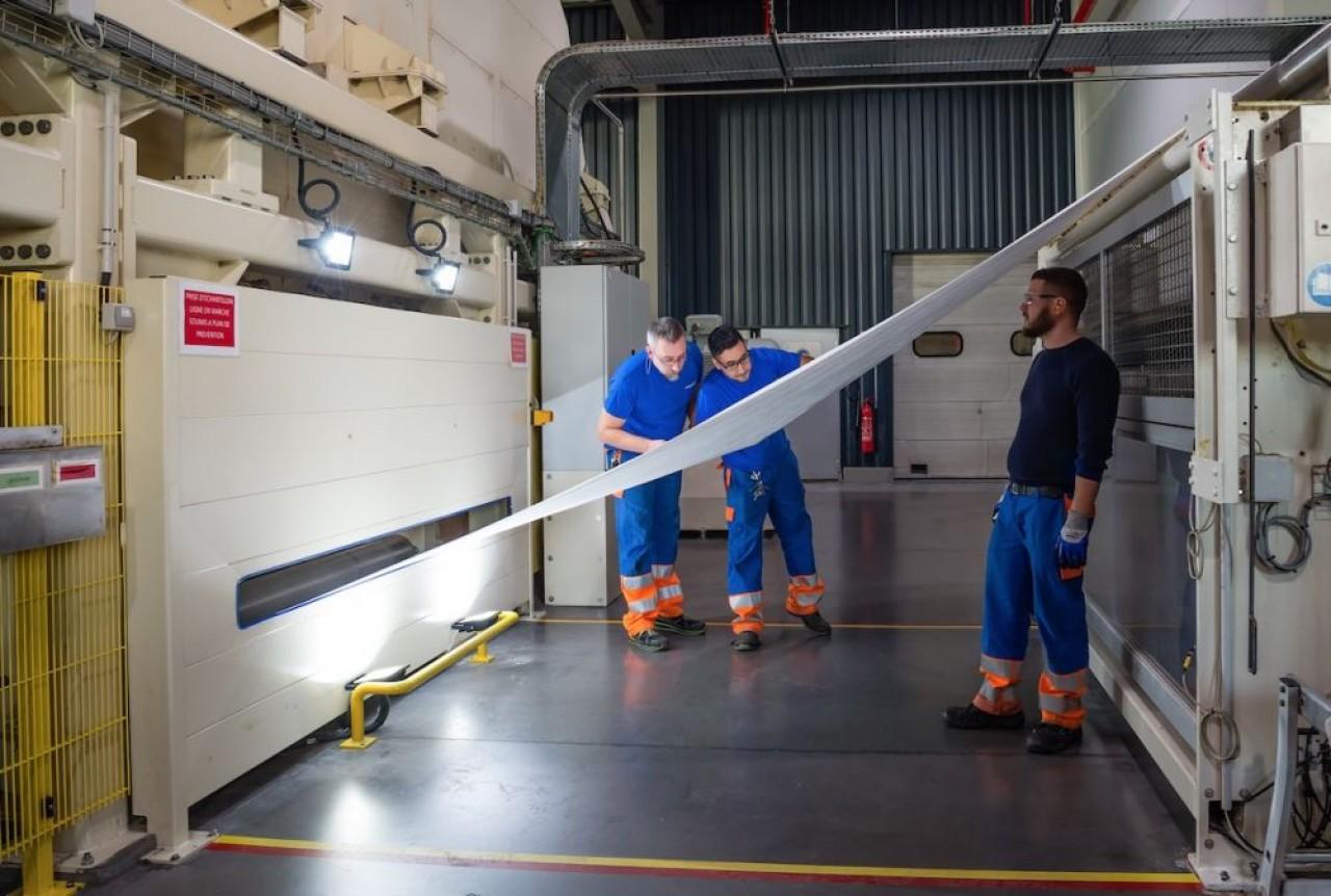 Les ateliers de Colmar produisent des textiles en microfilaments pour l'emballage technique, la protection contre les acariens etc. © Freudenberg.