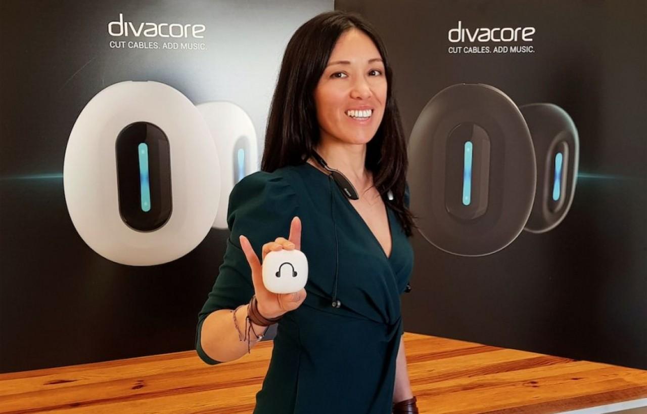 Linh Tran, cofondatrice de Divacore présente Nomad+, le dernier modèle d'écouteurs sans fil. © Philippe Bohlinger.