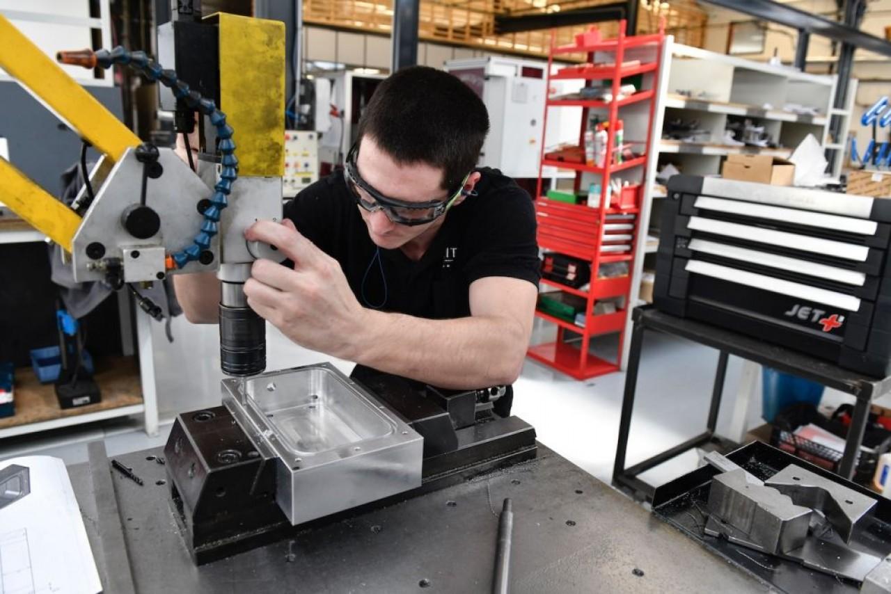 Dans le nouveau centre technique de Streit à Clerval, opération de contrôle des pièces des machines qui doivent être installées dans le centre de production au Mexique. © Laurent Cheviet.