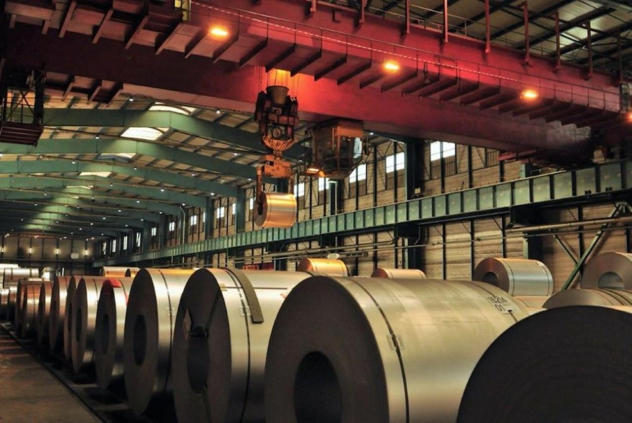 Dans les ateliers d'ArcelorMittal à Florange : Les bandes de tôles de 800 mètres de long sont trempées dans un bain de zinc ou d'aluminium. © Philippe Bohlinger