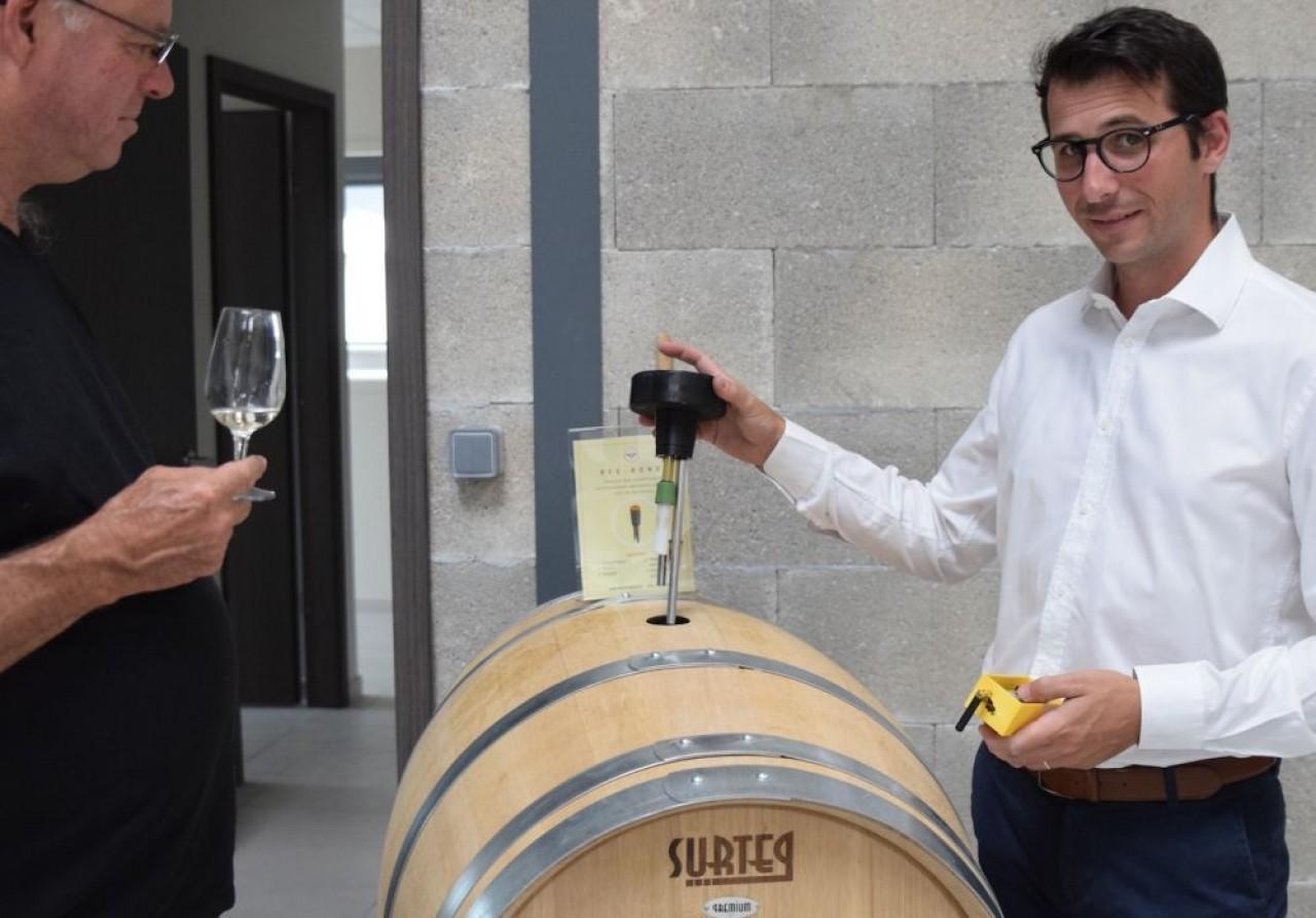 Arnaud Roussac, le fondateur de R-tech Solutions présente la bonde connectée dont les capteurs analysent plusieurs paramètres de l'évolution de l'élevage du vin. © Traces Écrites