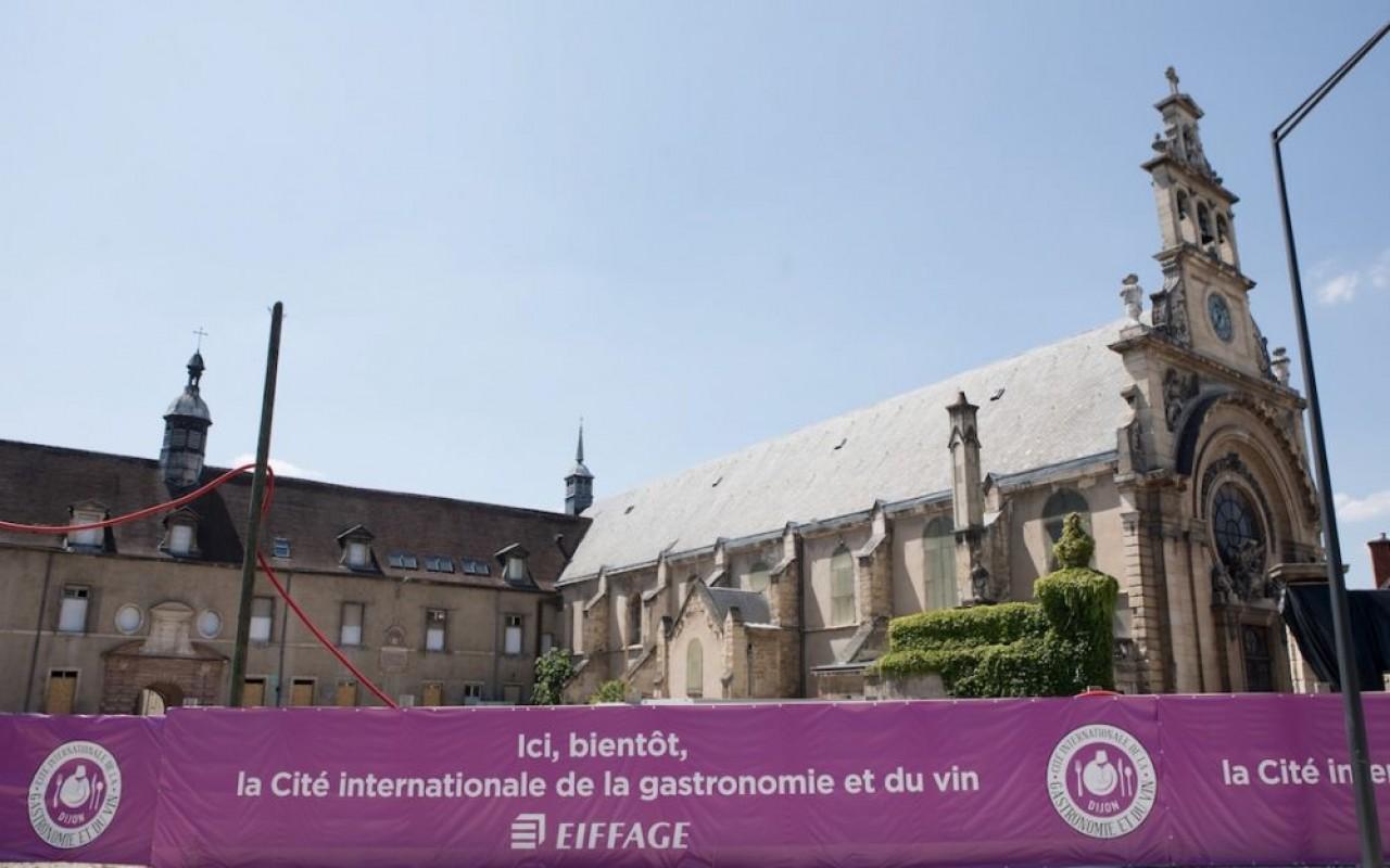 La Chapelle de l'ancien hôpital (à droite) abritera un espace muséographique dédié aux vins de Bourgogne et le bâtiment à gauche, un hôtel 4 étoiles. © Jean-Christophe Tardivon