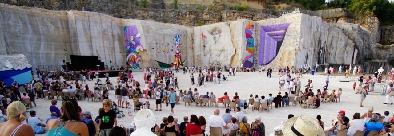 Le plus original des festivals de l'Est, Street Art on the Roc : artistes plasticiens ou sculpteurs prennent possession d'une carrière de pierre de Comblanchien, en Bourgogne et créent en live du 18 au 25 août sous les yeux du public. ©La Karriere
