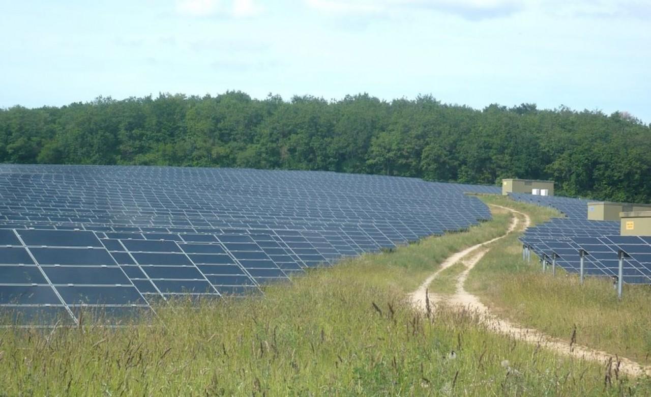 La centrale photovoltaïque de Massangis, dans l'Yonne, est l'une des plus vastes de l'hexagone. Elle s'étend sur 200 hectares. © Traces Ecrites