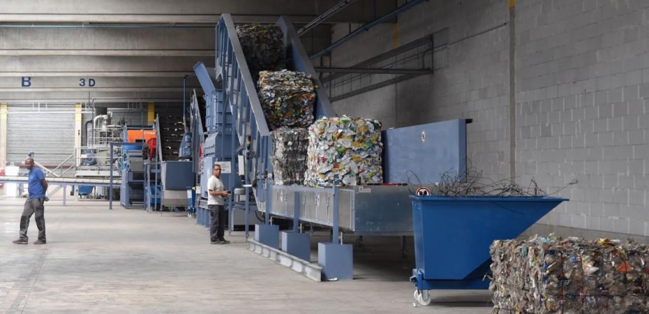 L'usine de recyclage des plastiques PET de Soprema est intallée près du port de Strasbourg, et la matière créée, du polyol, est traitée dans les deux usines de polyuréthane de Soprema, à Saint-Julien-du-Sault (Yonne) et à Hof (Allemagne). © Julie Giorgi.