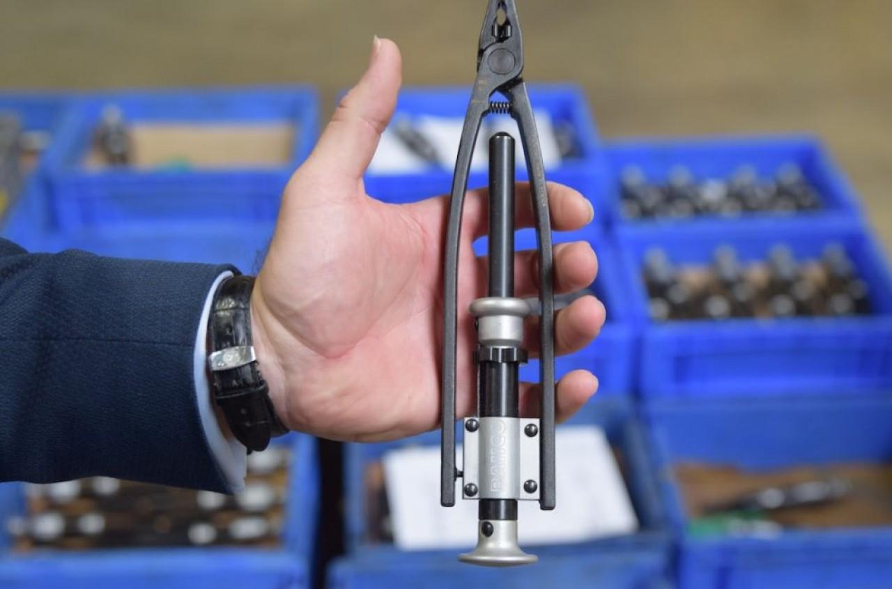 Un pince à freiner qui règle et contrôle le bon serrage des écrous, l'un des outils phares de Gillet Group, détenteur de trois brevets internationaux. © Traces Ecrites.