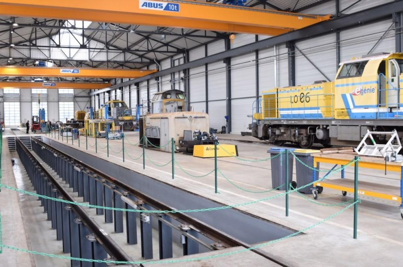 Vue intérieure de la grande halle mutualisée du MécateamCluster® où sont présents des opérateurs nationaux de travaux ferroviaires comme TSO, Eiffage et ETF. © Traces Ecrites.