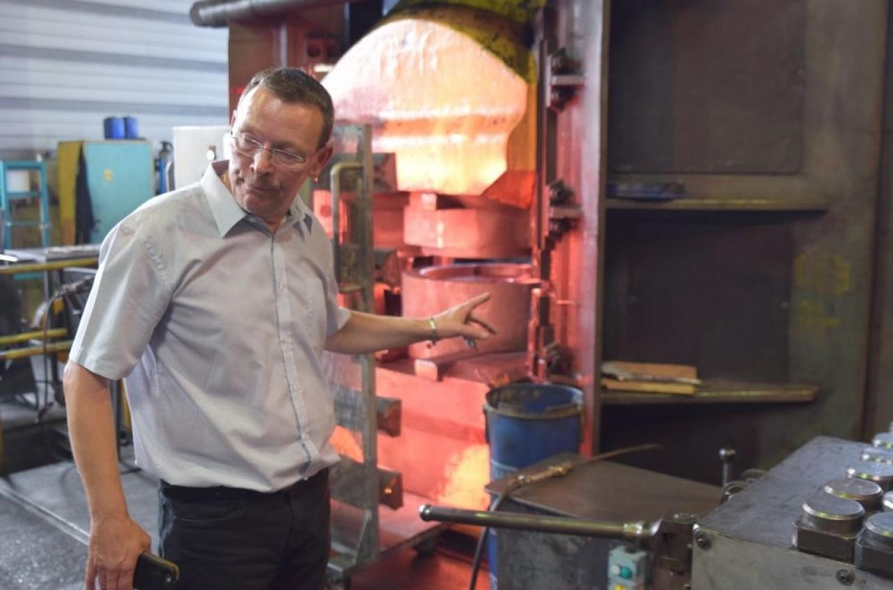Yannick Lebrun, directeur de Forgeavia, présente l'un de six marteaux-pilons de l'entreprise. Un treize tonnes conservé à température, la forge fonctionnant uniquement le matin. © Traces Ecrites.