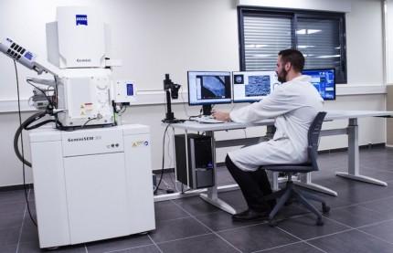 Cyril Hug transmet le laboratoire Filab à trois de ses cadres : Jérôme Goux, Benoît Persin et Thomas Rousseau