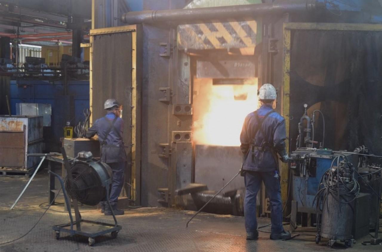 Estampage acier sur un marteau-pilon contre-frappe de 32.000 kgm. © Traces Ecrites.
