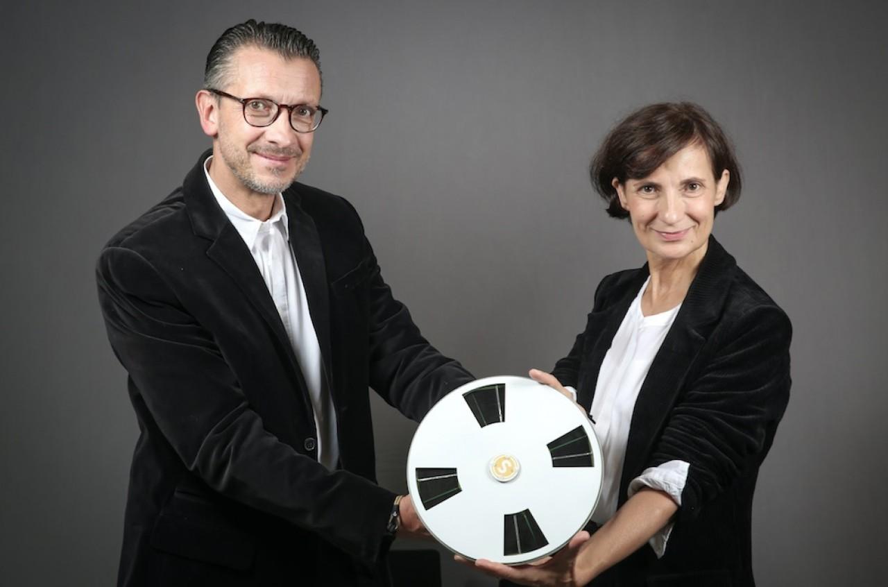Isabelle Gallet-Coty et Gilles Coty, les dirigeants de Saurea qui a reçu un prix EDF Pulse pour le moteur phovotaïque qu'ils présentent ici. ©Grégory Brandel/EDF