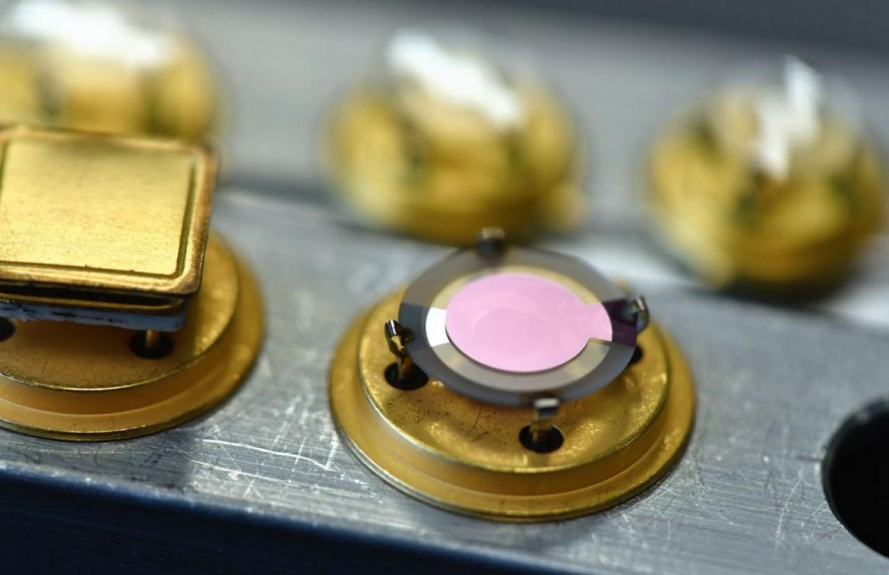 Ces résonateurs à très faible sensibilité à l'accélération fabriqués par AR Electronique sont destinés à équiper des oscillateurs dans des conditions d'environnement particulièrement sévères (aéronautique, défense et spatial). © Laurent Cheviet