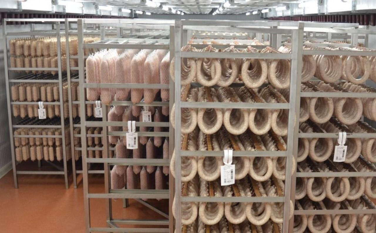 La nouvelle salle d'étuvage et séchage de Salaisons du Mâconnias, où les saucissons passent plusieurs jours, le temps de l'évaporation de l'eau et du développement de la fleur blanche et de la couleur rouge caractéristiques du saucisson sec.