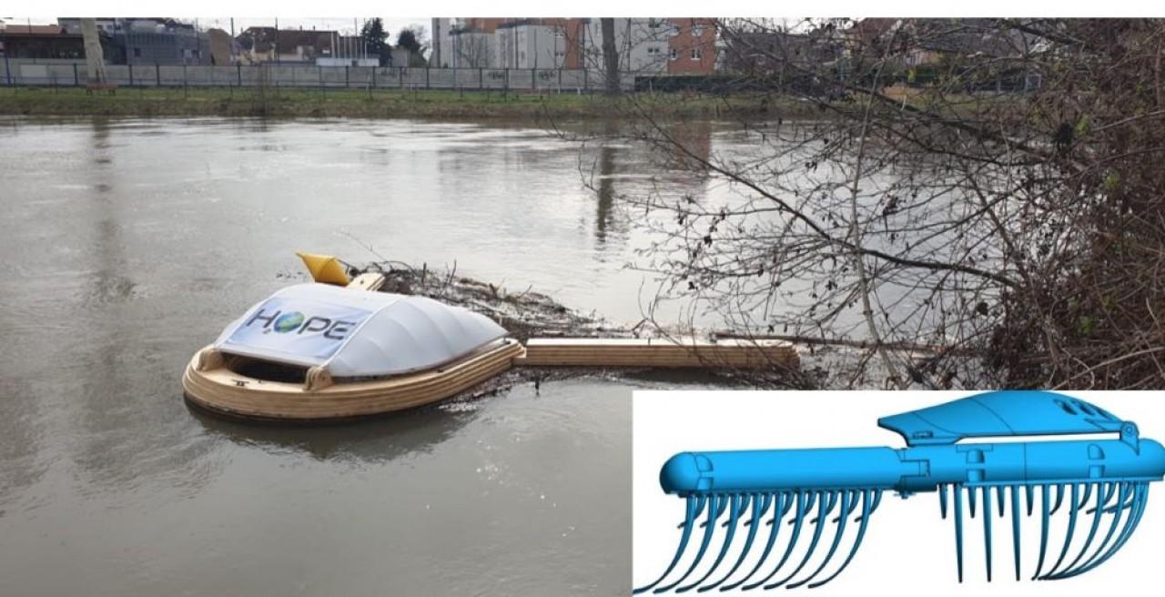 La baleine nettoyeuse de rivière lestée sur un cours d'eau emprisonnent les déchets grâce à ses deux bras dotés de fanions immergés. © H2OPE