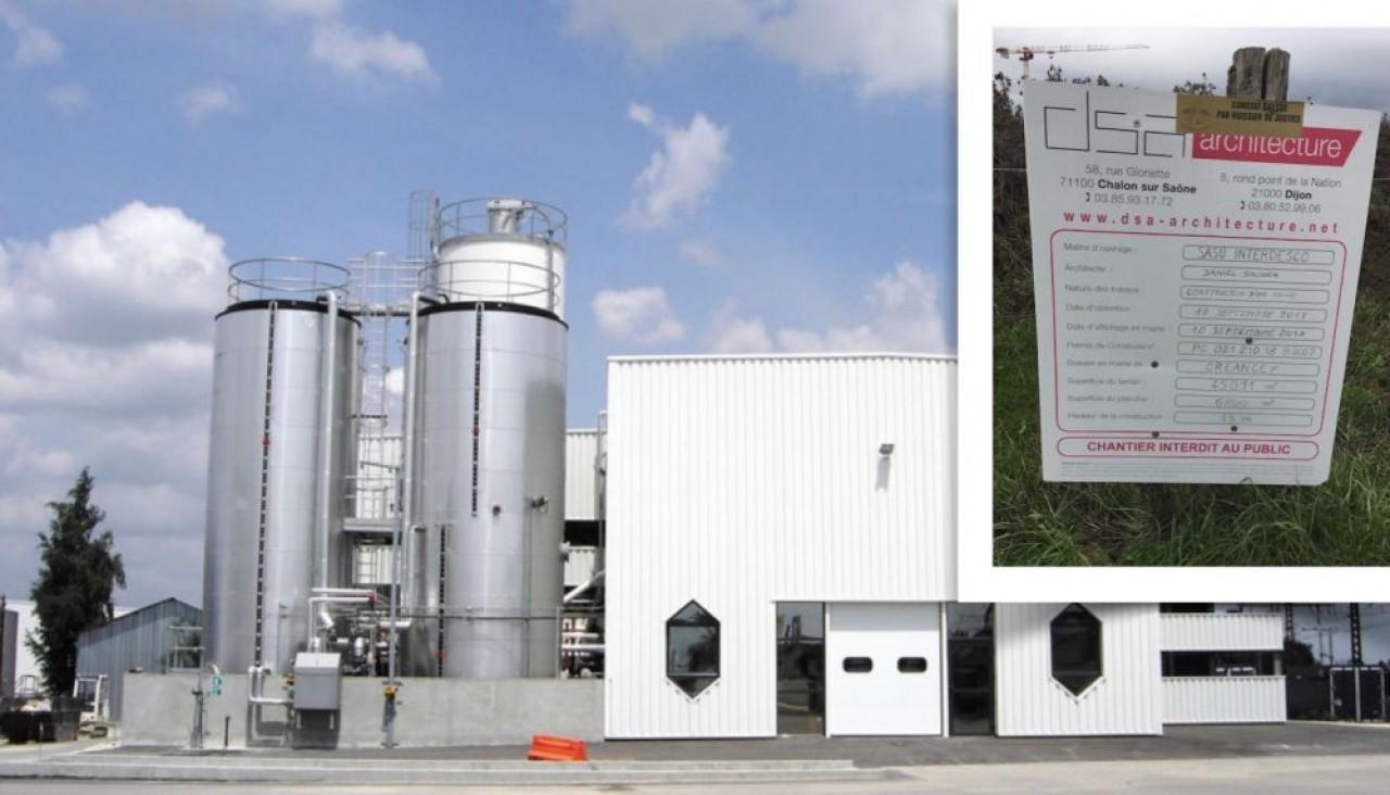 Interdesco, fabricant de résines pour les sols et les systèmes d'étanchéité, se construit une usine de 6.800 m2 près du péage de l'A6 à Pouilly-en-Auxois, en Côte-d'Or. En fond, l'actuel site de Gevrey-Chambertin. ©Traces Ecrites