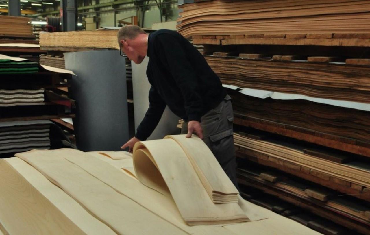 Le magasin de stockage d'Ober Surfaces rassemble 500.000 m² de plaquage en bois de 5 à 6 dixièmes de millimètres d'épaisseur. ©Philippe Bohlinger