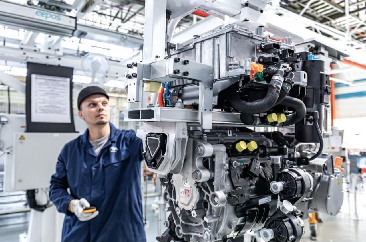 La ligne de motorisations électriques implantée dans l'usine PSA de Trémery, en Moselle, produira 230 unités par jour en décembre. © Julien Cresp