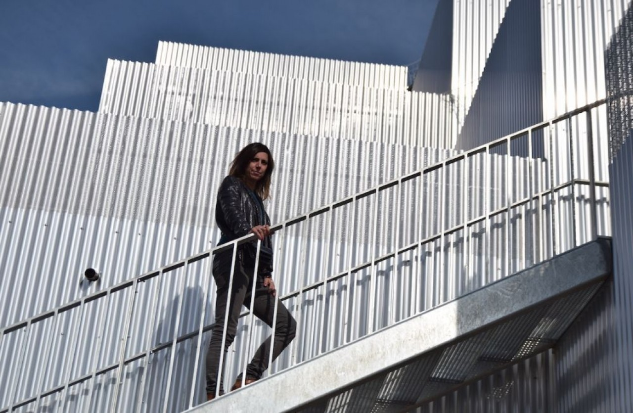 Sophie Delhay devant le programme de logements «La quadrata» à Dijon, qu'elle a réalisé pour le bailleur social Grand Dijon Habitat. © Traces Ecrites