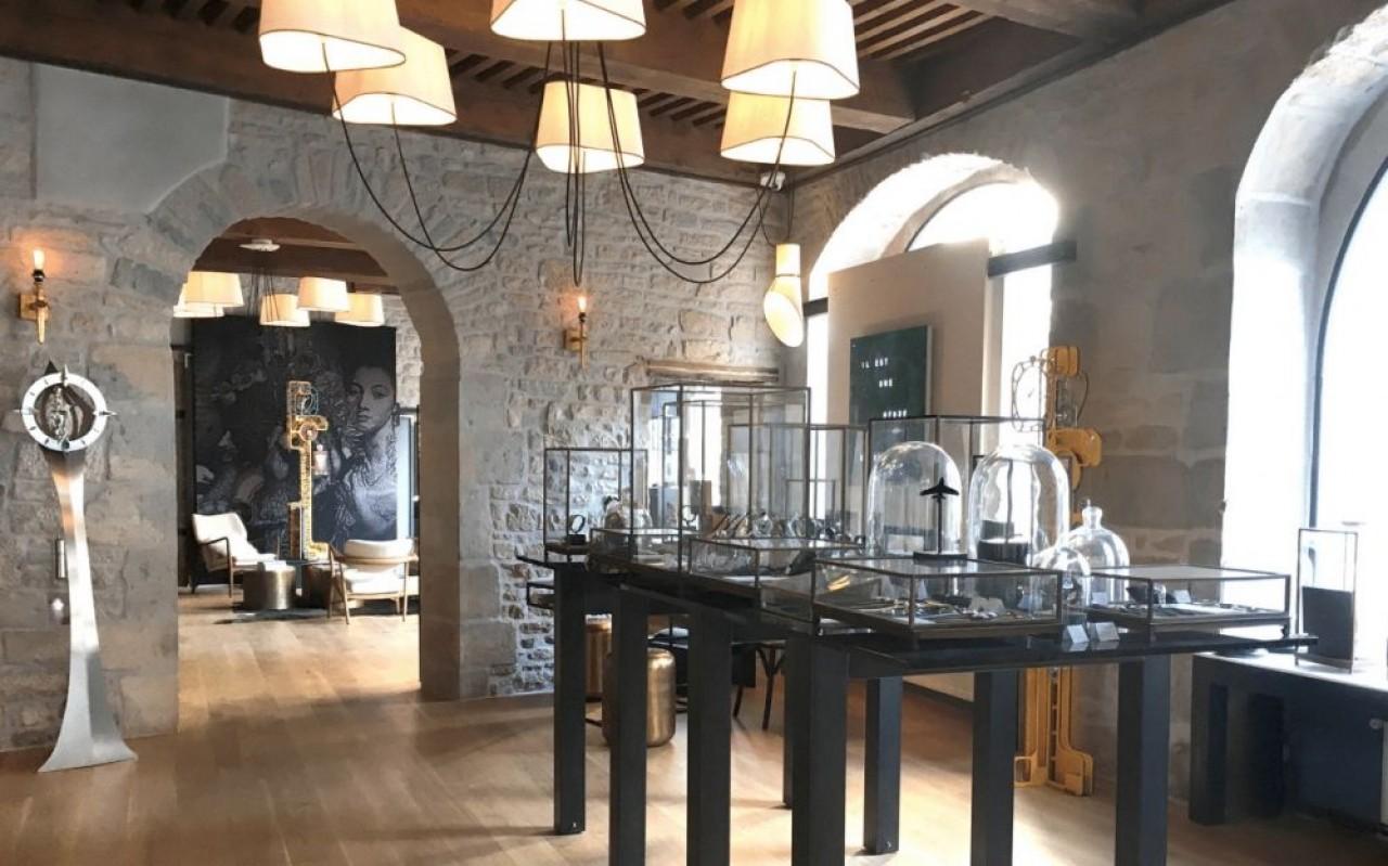 La seconde boutique Utinam, Grande Rue à Besançon, un pas de porte plus loin que la première, où Phiippe Lebru commercialise ses créations et celles de jeunes horlogers. Elles abritent aussi les ateliers d'assemblage et de réparation. © Utinam