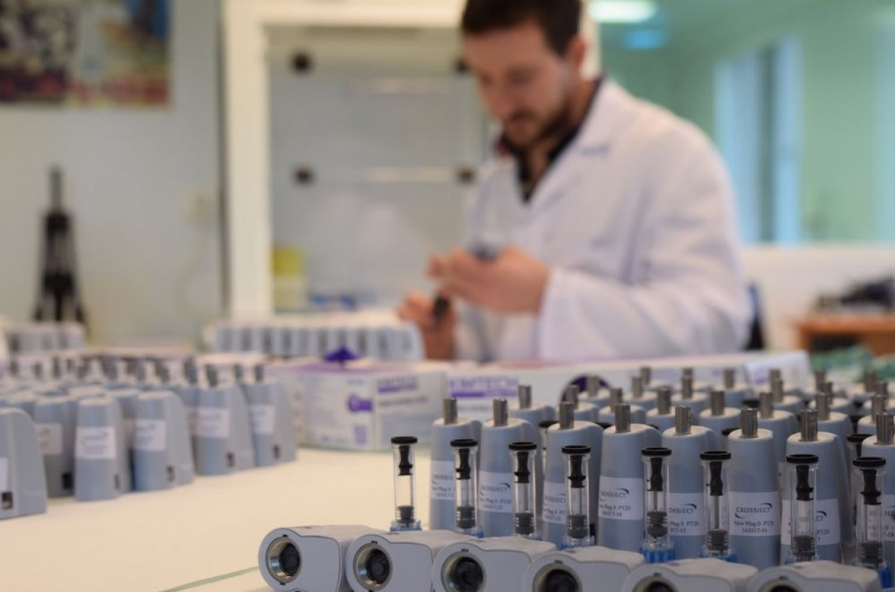 Crossject a développé un injecteur de médicaments sans aiguille. Le résultat de 100 millions d'€ de recherches dont 30 millions levés en bourse depuis son introduction en 2014. ©Crossject