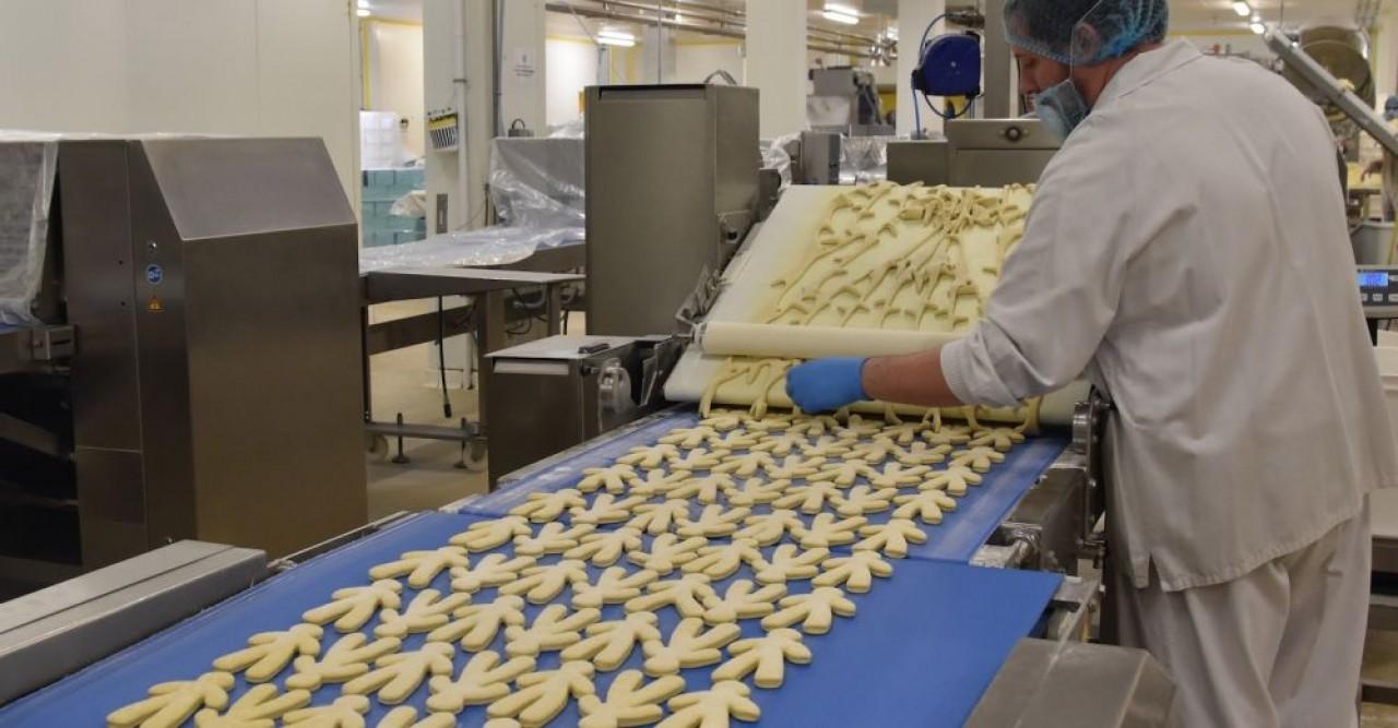 En cette période de Saint Nicolas, 10.000 manalas, des petites brioches en forme de bonhomme, sont produits chaque jour, dans l'usine Poulaillon de Wittelsheim (Haut-Rhin). © Julie Giorgi