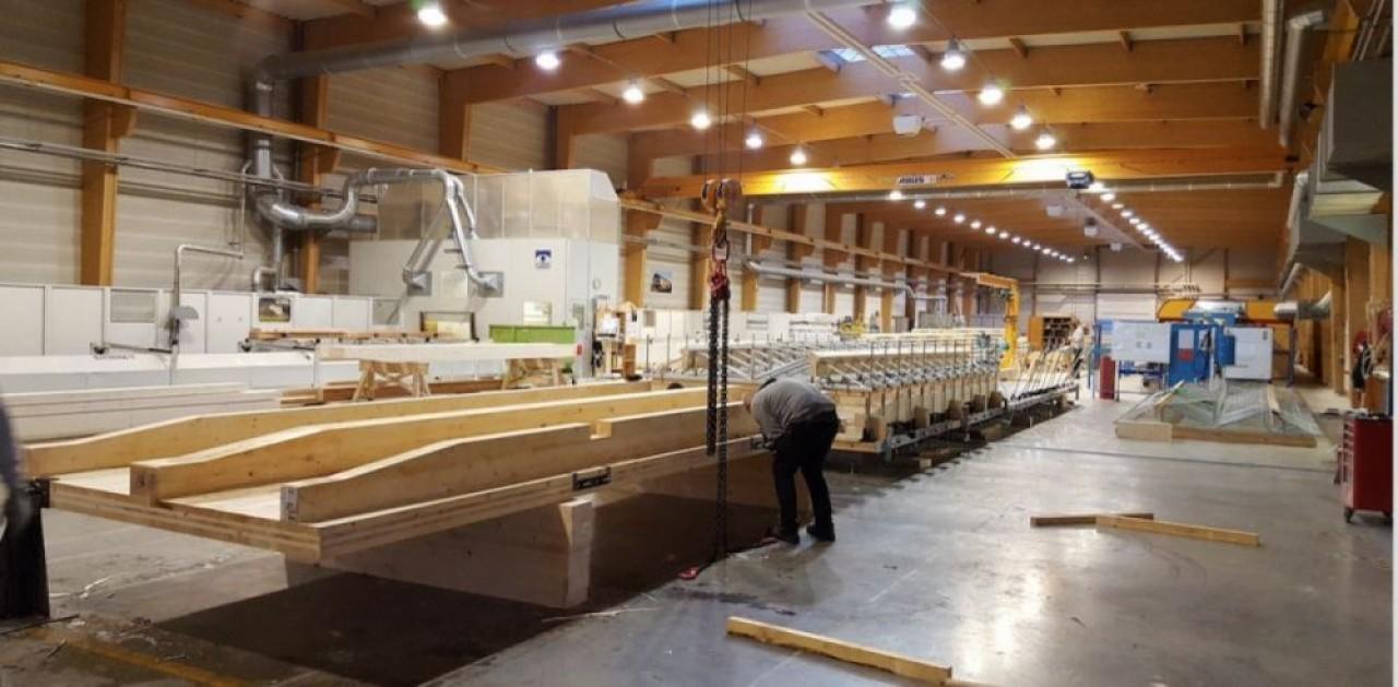La  ligne de production de panneaux de bois massif lamellés contrecroisés de l'usine de Muttersholtz (Bas-Rhin), technique qui permet de faire des immeubles de grande hauteur. © Mathis.