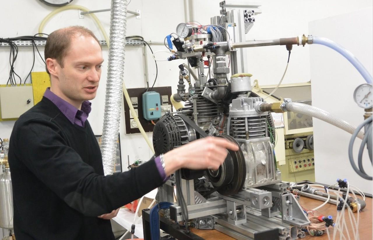 Thibault Cartigny, directeur général d'Ananké, présente le moteur de récupération de chaleur. ©Pierre-Yves Ratti.