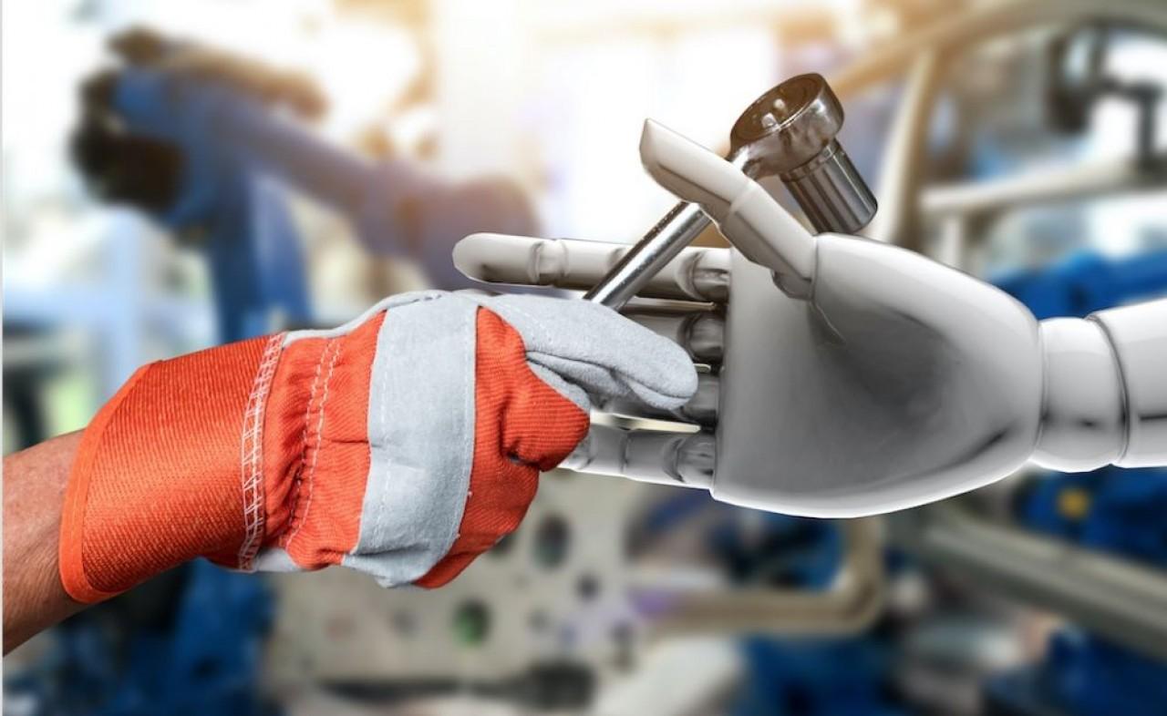 Les cobots sont des robots qui accompagnent les opérateurs dans leur tâche dans le but d'alléger la pénibilité. © Shuttertock.