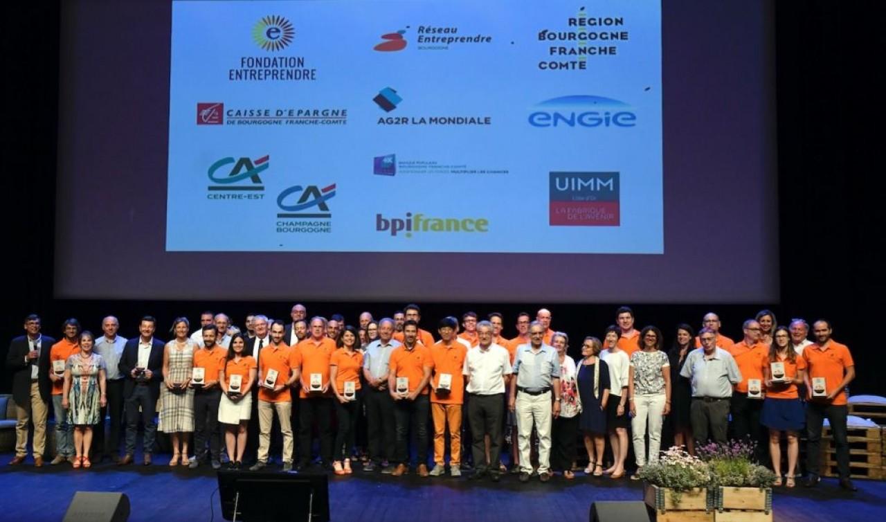 Les 26 entrepreneurs (en orange), représentant 21 entreprises, de la promotion 2018 de Réseau Entreprendre Bourgogne® qui organisait hier 27 juin sa 16ème soirée des lauréats à Dijon. © Philippe Hiest.