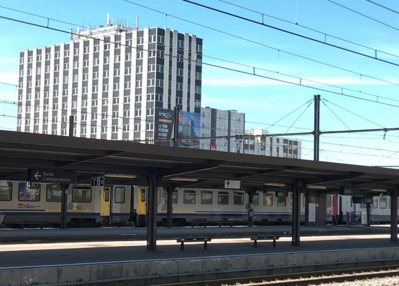 Vue depuis la gare, de la tour Sigma, plus connue à Dijon sous le nom de Tour Mercure. © Traces Écrites.