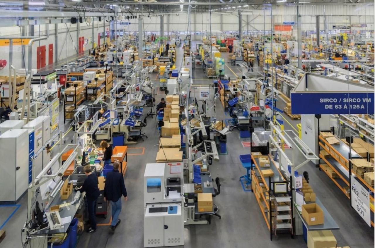 L'atelier de fabrication d'interrupteurs de Socomec, l'une de ses spécialités avec les onduleurs, poursuit l'objectif désormais de fabriquer des ensembles complets. © Socomec