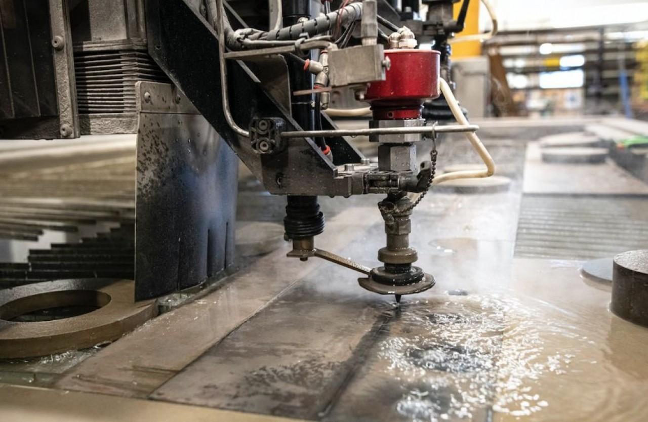 HD Jet d'eau utilise la technique du jet d'eau par haute pression pour découper des formes et des pièces  de manière ultra-précise. © Laurent Cheviet