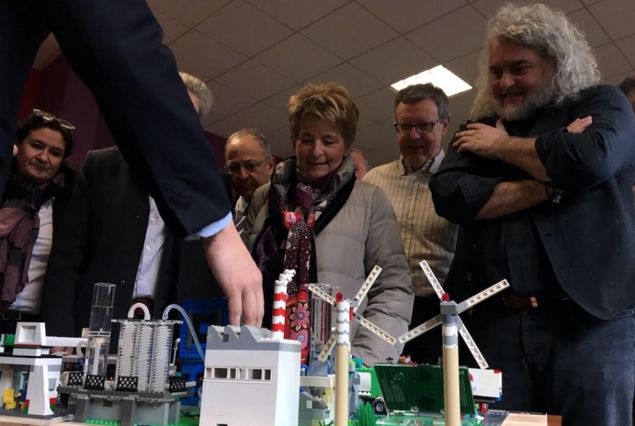 Quelques-uns des acteurs du projet de l'unité de production d'hydrogène à Dijon devant la maquette du site réalisée en legos par Justy, filiale de Rougeot Énergie. © Traces Ecrites