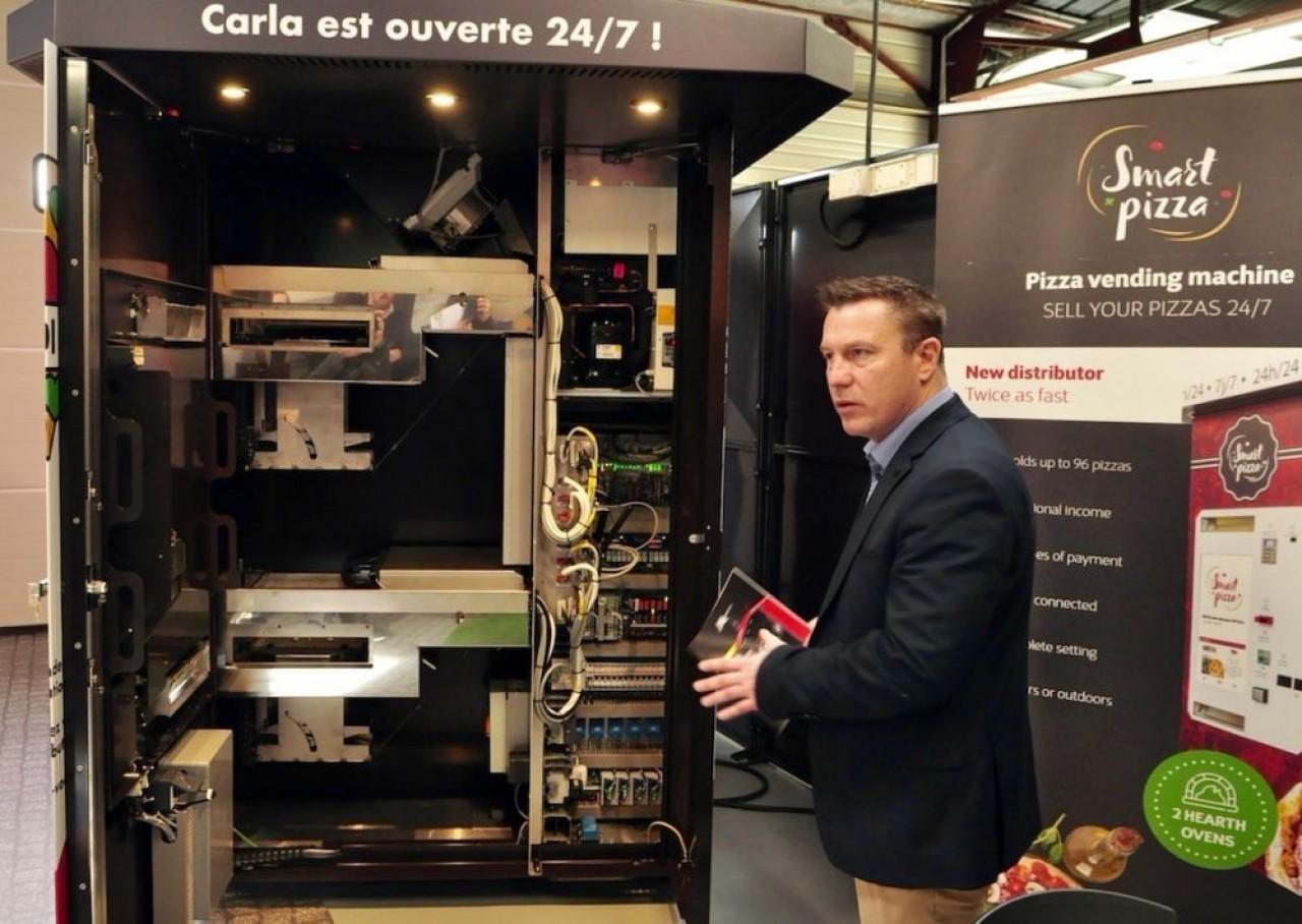 Les distributeurs d'Api Tech associent un four, des casiers réfrigérés et des systèmes automatiques à une intelligence qui permetleur pilotage à distance. © Philippe Bohlinger