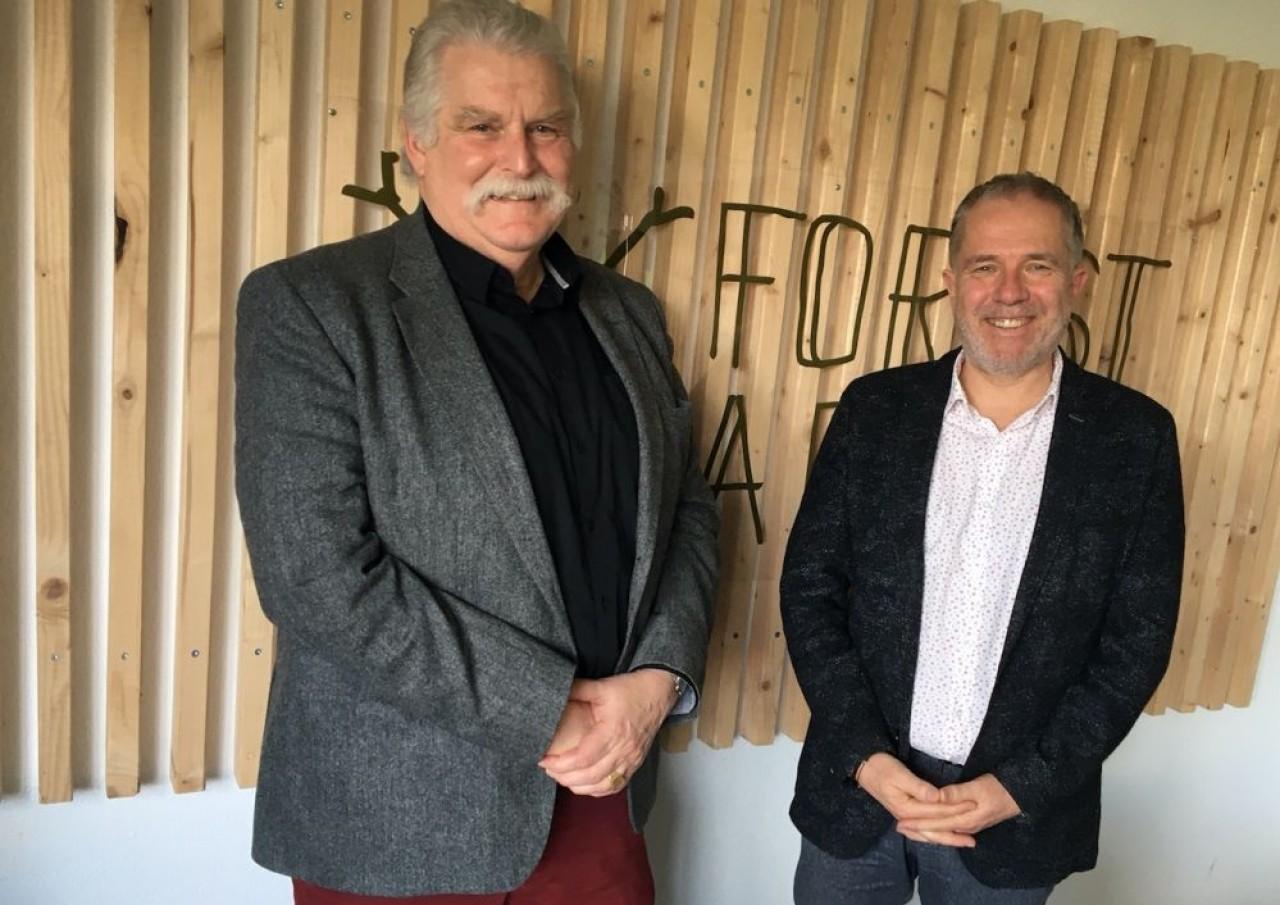 Thierry Coursin (à droite), président du cluster Construction Bois-matériaux biosourcés Bourgogne-Franche-Comté et Gérard Speranza, le maître d'oeuvre de ce groupement d'entreprises. © Traces Ecrites