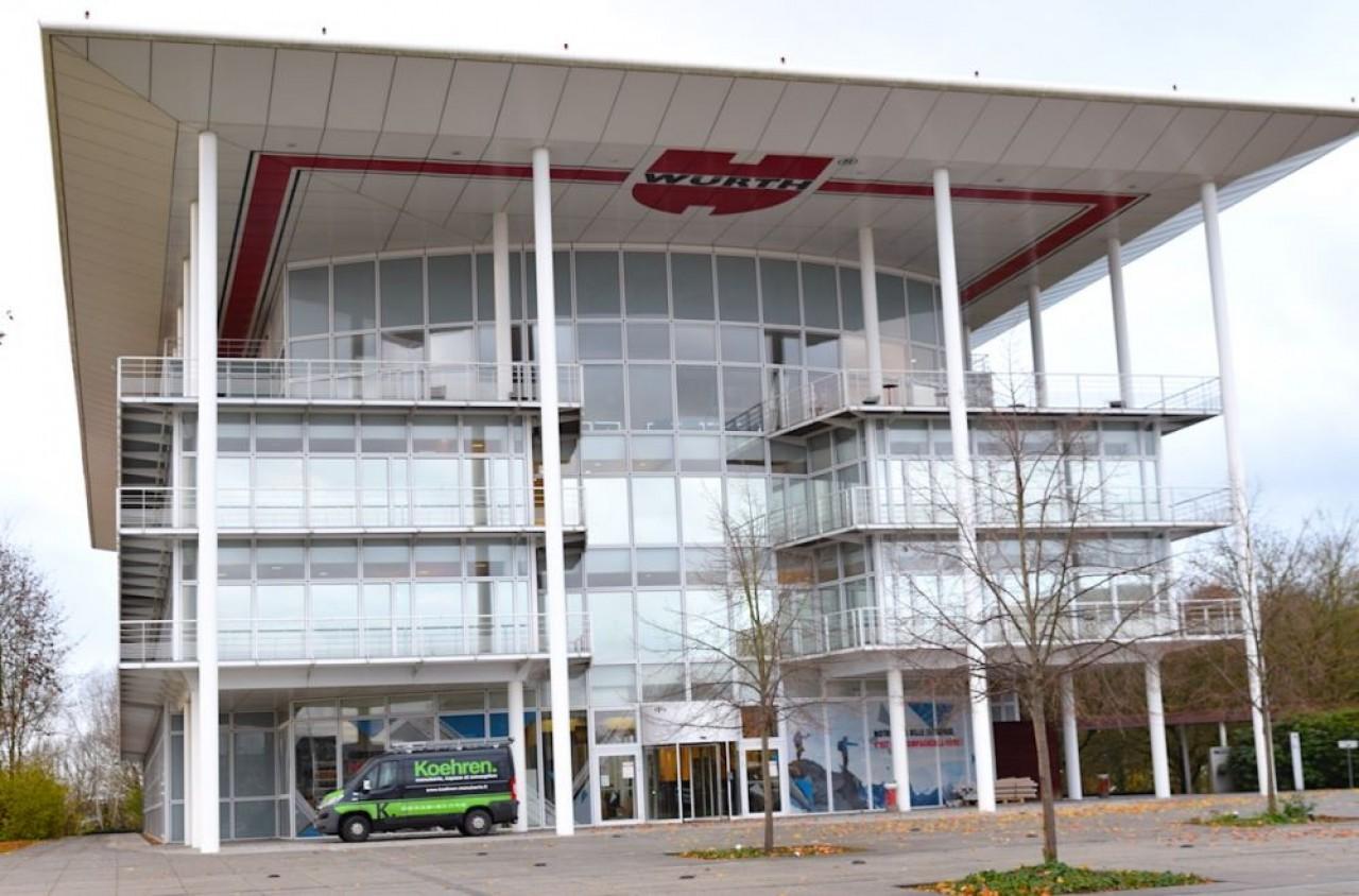 Le siège de Wütrh France à Erstein (Bas-Rhin). Il s'agit d'un bâtiment en forme d'atrium achevé en 1997. Derrière un parc de 5 hectares arboré et aménagé préserve une riche faune. © Traces Ecrites